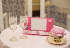 Dois vidros de vinho transparentes do casamento com um ornamento do coração Imagens de Stock Royalty Free