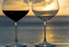 Dois vidros de vinho vermelho pelo mar Fotografia de Stock Royalty Free