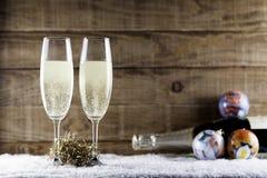 Dois vidros do champanhe com bolas do Natal Imagem de Stock