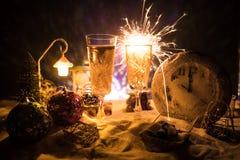 Dois vidros do champanhe com decoração do Natal Bebida tradicional do álcool do feriado de inverno na neve com ano novo criativo fotografia de stock