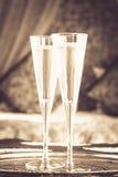 Dois vidros do champanhe com dossel oriental colocam no fundo Fotografia de Stock Royalty Free