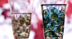 Dois vidros do champanhe com mármores vidro esquerdo no foco fotografia de stock
