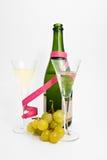Dois vidros do champanhe com uva fotos de stock royalty free