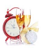 Dois vidros do champanhe, decorações do Natal e pulsos de disparo Foto de Stock Royalty Free