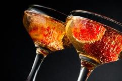 Dois vidros do champanhe frio com morangos Foto de Stock