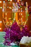 Dois vidros do champanhe. Luzes e engodo de Natal Imagens de Stock Royalty Free
