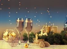 Dois vidros do champanhe no fundo do bokeh do Natal Imagens de Stock
