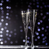 Dois vidros do champanhe no fundo escuro do bokeh Fotos de Stock