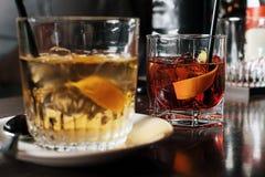 Dois vidros do cocktail com fatia alaranjada Imagem tonificada fotos de stock royalty free