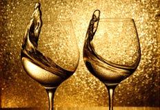 Dois vidros do espirro do vinho branco Fotos de Stock Royalty Free