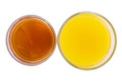 Dois vidros do isolado fresco do suco da laranja e da maçã Imagens de Stock Royalty Free