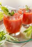 Dois vidros do suco de tomate fresco com tomilho e aipo Imagens de Stock Royalty Free