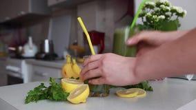 Dois vidros do suco dos espinafres e da salsa em uma mesa de cozinha vídeos de arquivo