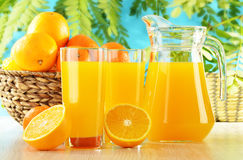 Dois vidros do sumo de laranja e das frutas Foto de Stock