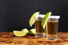 Dois vidros do tequila com cal e sal imagens de stock