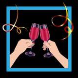Dois vidros do tim-tim das mãos Bebida e serpentina vermelhas imagem de stock
