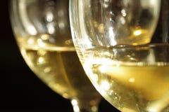 Dois vidros do vinho branco fotos de stock royalty free
