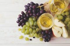 Dois vidros do vinho branco, de uvas frescas e de pera Fotografia de Stock Royalty Free