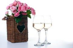 Dois vidros do vinho branco e das rosas Fotos de Stock