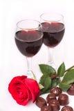 Dois vidros do vinho com cor-de-rosa e os doces Imagem de Stock Royalty Free