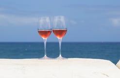 Dois vidros do vinho cor-de-rosa Fotografia de Stock