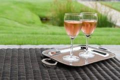 Dois vidros do vinho cor-de-rosa Fotos de Stock