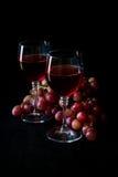 Dois vidros do vinho cor-de-rosa caseiro e das uvas Fotografia de Stock Royalty Free