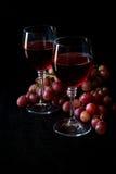 Dois vidros do vinho cor-de-rosa caseiro e das uvas Imagens de Stock Royalty Free