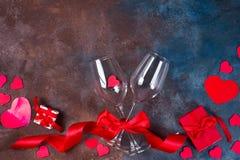 Dois vidros do vinho, dos corações e da caixa de presente no fundo de pedra Ainda vida romântica O dia de Valentim com espaço da  fotos de stock royalty free