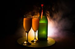 dois vidros do vinho e da garrafa sobre o fundo nevoento tonificado Imagem de dois vidros de vinho com champanhe os esboços e as  Fotos de Stock Royalty Free