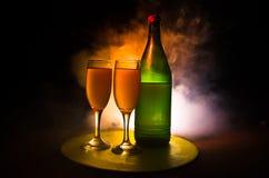 dois vidros do vinho e da garrafa sobre o fundo nevoento tonificado Imagem de dois vidros de vinho com champanhe os esboços e as  Fotos de Stock