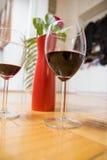 Dois vidros do vinho e da rosa do vermelho Fotografia de Stock Royalty Free