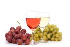 Dois vidros do vinho e das uvas Imagens de Stock