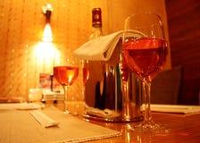 Dois vidros do vinho e de um frasco Imagem de Stock Royalty Free