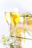 Dois vidros do vinho e de uma caixa no fundo branco fotografia de stock royalty free