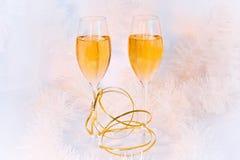 Dois vidros do vinho e do ouropel fotos de stock
