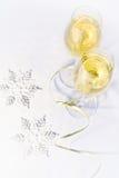Dois vidros do vinho e dos flocos de neve Foto de Stock Royalty Free