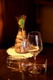 Dois vidros do vinho em uma tabela imagens de stock royalty free