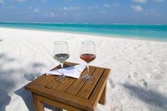 Dois vidros do vinho na praia Fotos de Stock
