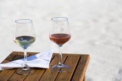 Dois vidros do vinho na praia Imagens de Stock Royalty Free