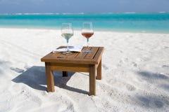 Dois vidros do vinho na praia Imagem de Stock Royalty Free