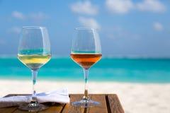 Dois vidros do vinho na praia Fotografia de Stock Royalty Free