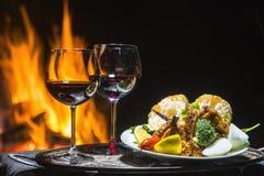 Dois vidros do vinho no fundo do fogo Foto de Stock Royalty Free