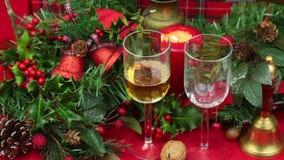Dois vidros do vinho que está sendo derramado no Natal video estoque