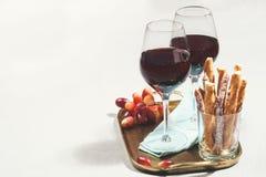 Dois vidros do vinho tinto com petiscos Fotos de Stock
