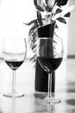 Dois vidros do vinho tinto e aumentaram em um vaso Imagem de Stock Royalty Free