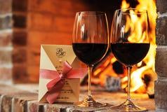 Dois vidros do vinho tinto e do cartão decorativo Imagens de Stock Royalty Free
