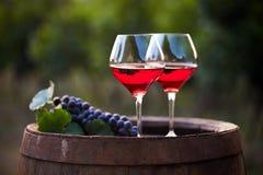 Dois vidros do vinho tinto no tambor Imagens de Stock
