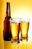 Dois vidros e frascos da cerveja clara fresca Fotos de Stock