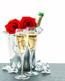 Dois vidros, garrafa do champanhe e rosas vermelhas Foto de Stock Royalty Free